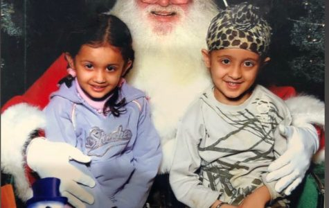 Young Japna and Harjap Singh take a photo with Santa (Photo/ Japna Singh '22)