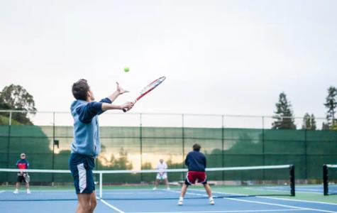 Friends play tennis together outside (Photo/Julian Schiemann)