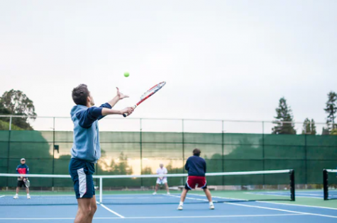 Friends play tennis together outside (Photo/Julian Schiemann)